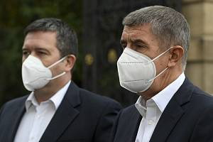 Ministr vnitra a šéf Ústředního krizového štábu Jan Hamáček (ČSSD) a premiér Andrej Babiš (ANO).