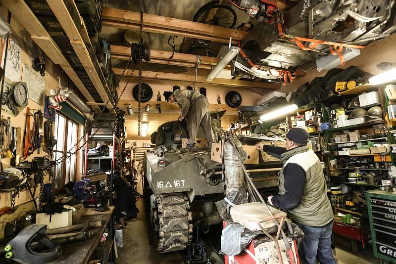 """Americký tank M4 Sherman patří Pavlu Roglovi. Mechanikem je Jan """"Jelly"""" Šulc (na korbě)."""