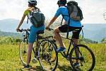 Fotografie na titulní straně středočeské brožury o cyklovýletech.