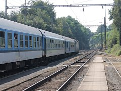 Rychlíky i osobní vlaky nabrali až 80 minutové zpoždění.