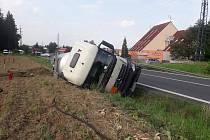 Na obchvatu Benešova havarovala cisterna převážející tekutý asfalt.
