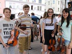 Žáci a studenti benešovské základní umělecké školy předvedli svůj talent na Masarykově náměstí.