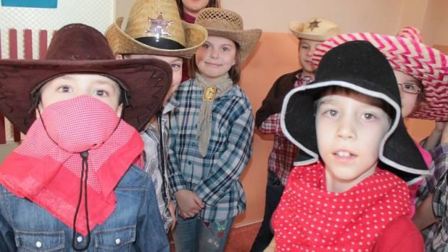 Místo tradičního  karnevalového reje měly  děti z  družiny ZŠ Jiráskova letos podle rámcového výchovného  programu country bál.