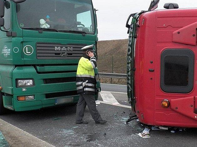 Kamion na boku v pátek 5. dubna blokoval sjezd z dálnice D1 u Říčan.