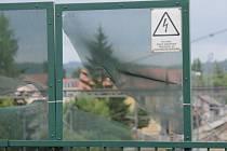 K vlastnictví poškozeného ochranného pletiva na mostě a jeho následné opravě se nikdo nehlásí.