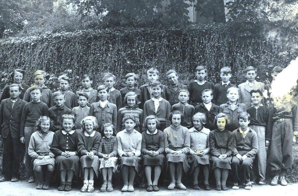 Nahorubské děti chodily do měšťanské školy, tedy druhého stupně do Neveklova.