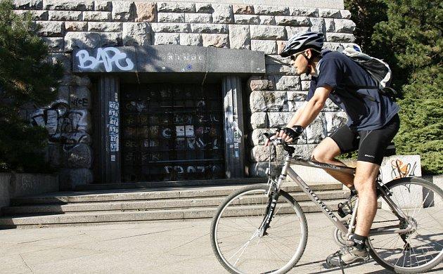 Ilustrační foto: Cyklista projídí kolem vrat do bývalého Stalinova pomníku na Letné