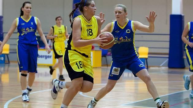 Benešovská Michaela Mazurová (ve žlutém) útočí přes Veroniku Jelínkovou (č. 10).