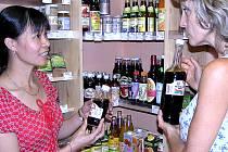 Kupuji tu hlavně mléko,  říká mladá žena z Benešova, která obchod s biopotravinami provozovaný  Evou Černou (vpravo), navštěvuje.