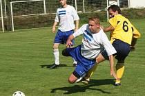 Poříčský Tomáš Naňák (ve žlutém) si vyšlápl na svého kamaráda v kondrackém dresu Jiřího Mlezivu.