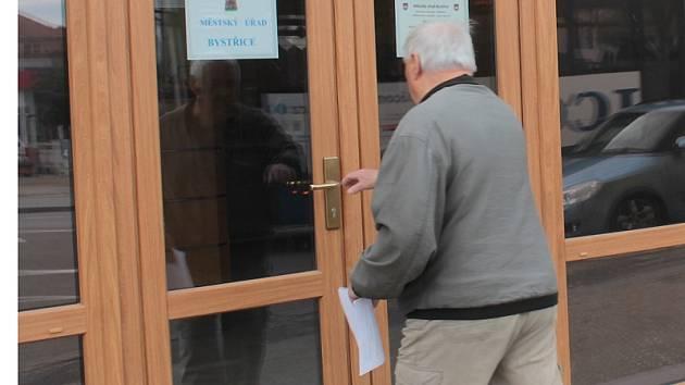 Jednu část petičního archu donesl ve středu po 9. hodině městskému úřadu důchodce Bohumil Štěpánek.