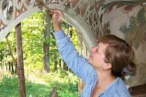 Pod šikovnýma rukama restaurátorů ožívají fresky, na kterých zapracoval zub času i vandalská bezohlednost