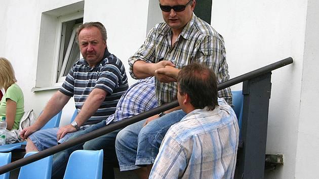 Trenér Kučera (uprostřed) sledoval utkání Bzová - Motorlet