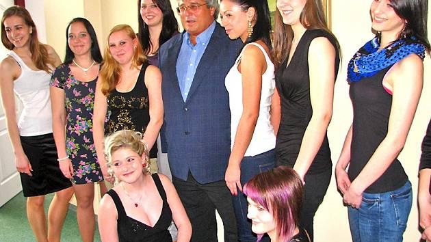 Ženy a dívky čekající na ortel výběrové komise volby Miss hasička Středočeského kraje 2013 navštvíl v sobotu odpoledne  hejtman Josef Řihák.
