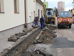 Pracovníci technických služeb již začali ulici připravovat na blížící se rekonstrukci.