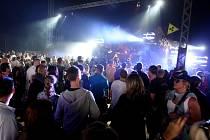 Hudební festivaly lákají stovky příznivců hudby.