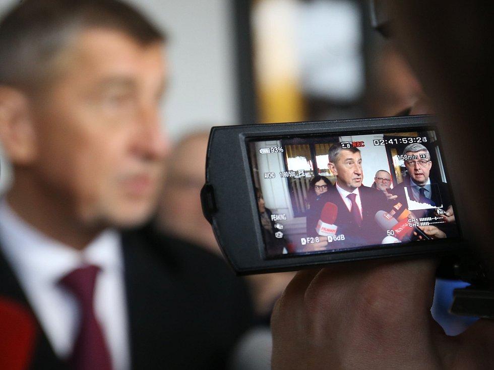 Premiér Andrej Babiš po příjezdu na benešovské nádraží.