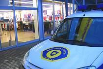 Kromě dopravních přestupků a narušování veřejného pořádku strážníci denně řeší drobné krádeže v obchodech.