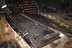 Rozsáhlý požár v Doubku nedaleko Říčan likvidovalo sedmnáct jednotek.