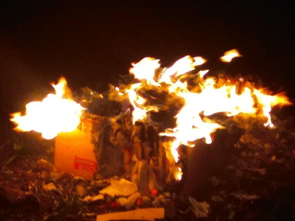 Kolínští hasiči byli povoláni k požáru zbytků zábavní pyrotechniky a okolní trávy, kdy zasaženou plochu 1x1 metr zdolali za pomoci džberové stříkačky.