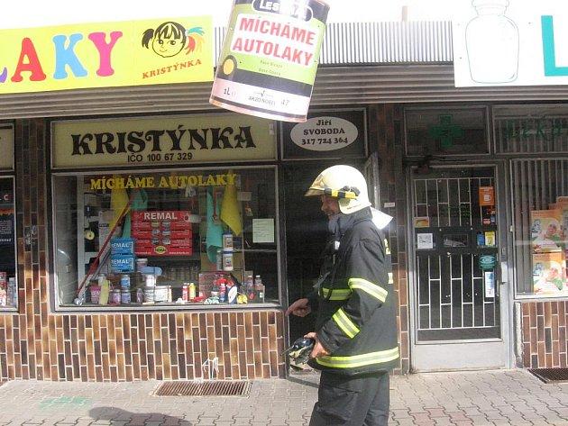 Důvodem výjezdu hasičů byla v pondělí před polednem vadná zářivka v prodejně barev.