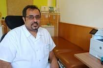 Lékař Rehabilitačního ústavu Kladruby Jehad Al Balol ve své ordinaci.