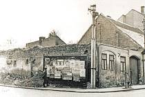 """Nároží Dukelské (vlevo) a Pražské ulice v Benešově na začátku 70. let. Po zbourání domů vznikla na tomto místě nová restaurace Černý kůň. Do původního """"koně"""" chodili štamgasti do míst, kde nyní stojí v Pražské ulici panelové domy s obchody v přízemí."""