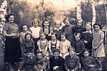 Fotografie dětí z nahorubské obecné školy vznikla na kopci Hůrka.