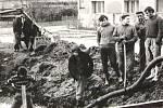 Postup prací při stavbě kanalizace v Úročnici v roce 1973 bylo potřeba také promyslet.