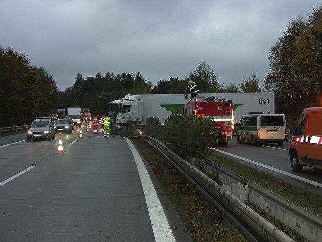 Nehoda na dálnici komplikuje středeční cestování po D1.