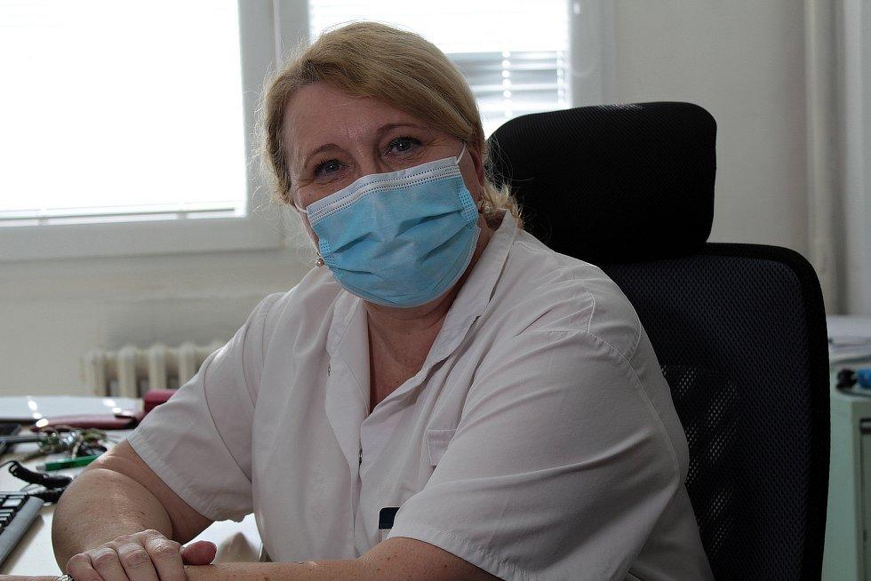 Ředitelka pro lékařské obory Markéta Bláhová při prvním očkování proti covidu v benešovské nemocnici..