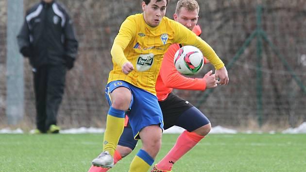 Patrik Svoboda (ve žlutém), benešovský útočník, si kryje míč před bývalým ligovým fotbalistou Petrem Mikolandou, tentokrát ve službách Admiry Praha.