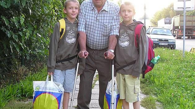 Dvojčata Vojtu a Kubou doprovodil dědeček Ladislav Měchura až do školy.