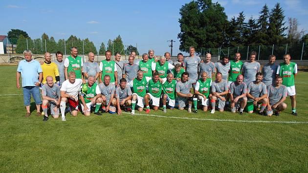 Ze slavnostního otevření rekonstruovaného hřiště TJ Sokol v Čechticích. Společné foto Stará garda Bohemians - ST garda Čechtic.