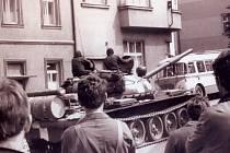 Ruský tank přijíždí v roce 1968 do Vlašimi ulicí Na Valech.