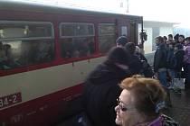 Část cestujících z Čerčan odvezl motorový vůz do Strančic, kde přestoupili do elektrické soupravy směr Praha. Kdo se nevešel, čekal na další spoj.
