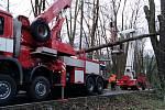 Zásah hasičů na silnici mezi Benešovem a Konopištěm, kde strom spadl na autobus.