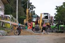 Podle zdroje blízkého zhotovitelské firmě by dělníci se svými stroji měli ukončit práce v ulici nad hřištěm a měli by přejít na jinou část staveniště