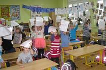 Devětadvacet žáčků třídy 1A ze Základní školy Jiráskova včera při čtvrté vyučovací hodině převzalo od své třídní učitelky Marie Bobkové první pololetní vysvědčení.