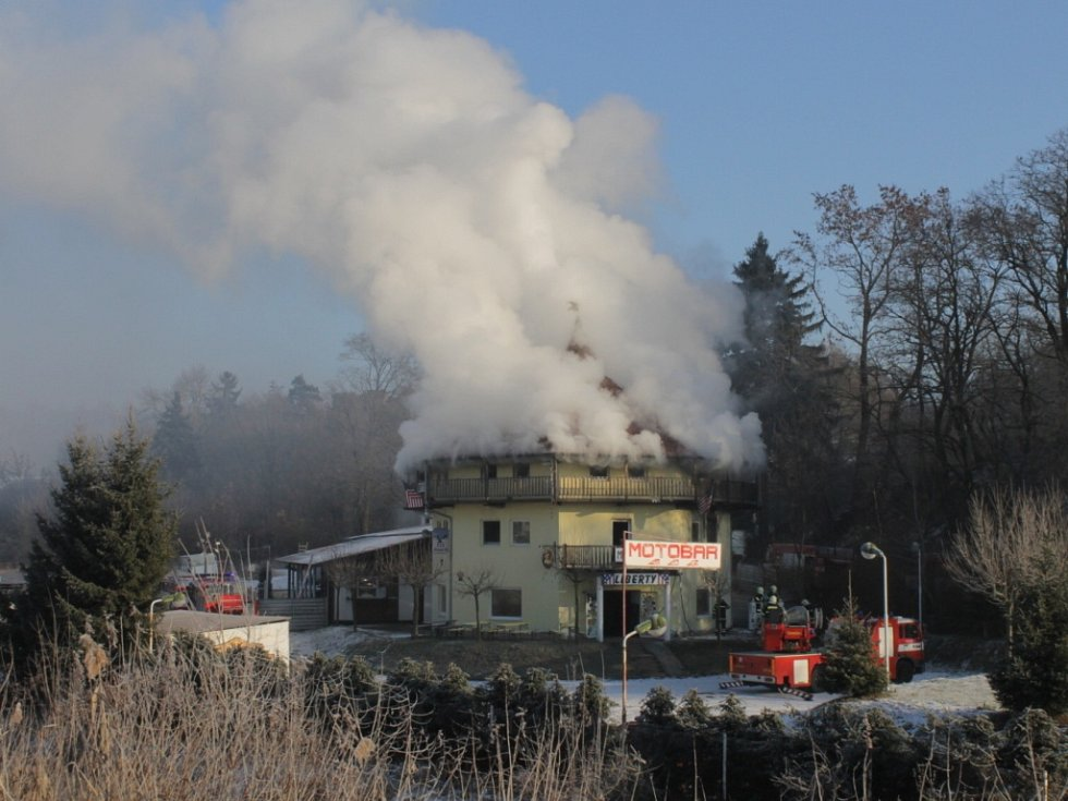Požár budovy v areálu autovrakoviště Rudolf v Benešově.