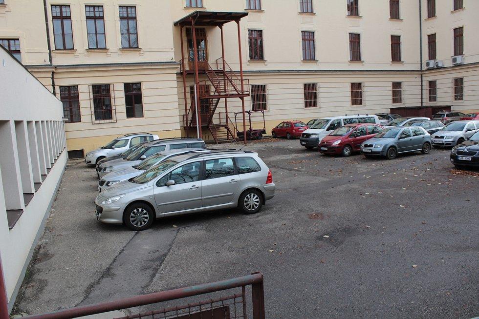 Ve dvoře Gymnázia Benešov vyroste nová tělocvična. Kraj nyní hledá dodavatele prací.