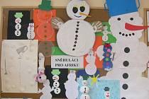 Loni nebyl sníh, proto děti z nespecké mateřinky vyrobily sněhuláky z papíru, plastu či vaty.