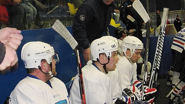 Trenér Josef Jeništa (sehnutý nad hráči) dovedl vlašimské Rytíře do play off, kde jeho tým zastavila Jesenice.