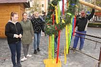 Májka coby tradiční jarní symbol již stojí na Masarykově náměstí v Benešově.