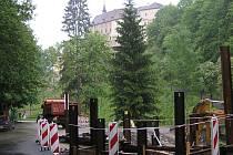 Částečná uzavírka silnice II/111 pod hradem Český Šternberk pro nákladní vozy nad 3,5 tuny potrvá od soboty 23. prosince do října příštího roku. Osobní auta a autobusy projedou kyvadlově, parkoviště pod hradem je v provozu.