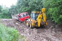 Zemina vytěžená při budování kanalizace našla místo posledního uložení u lesa za hřištěm v Peceradech