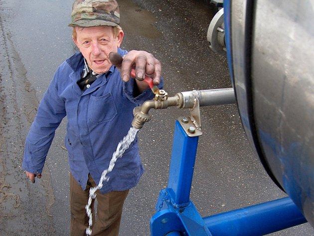 V Bystřici lidé znovu čerpali vodu z cisteren.