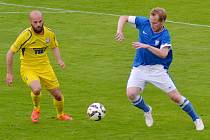 Vlašimský Jan Jícha (v modrém) má blíž k míči než varnsdorfský Matěj Kotiš.