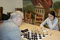 """K výhře Nely Pýchové v Zásmukách pomohla i """"šachovnice v plamenech""""."""
