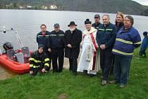 Motorový člun, který získal sbor dobrovolných hasičů z Neveklova, dostal i požehnání.